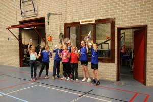 Alle kampioenen bij elkaar: Groep 5 en 6: Emma en Silke (1e) en Fieke en Nina (2e). Groep 7 en 8: Christel en Jurgen (1e) en Teun en Cas (2e).
